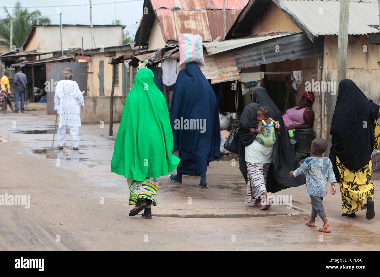 Las mujeres musulmanas en la calle, Lomé, Togo, África occidental, África Imagen De Stock