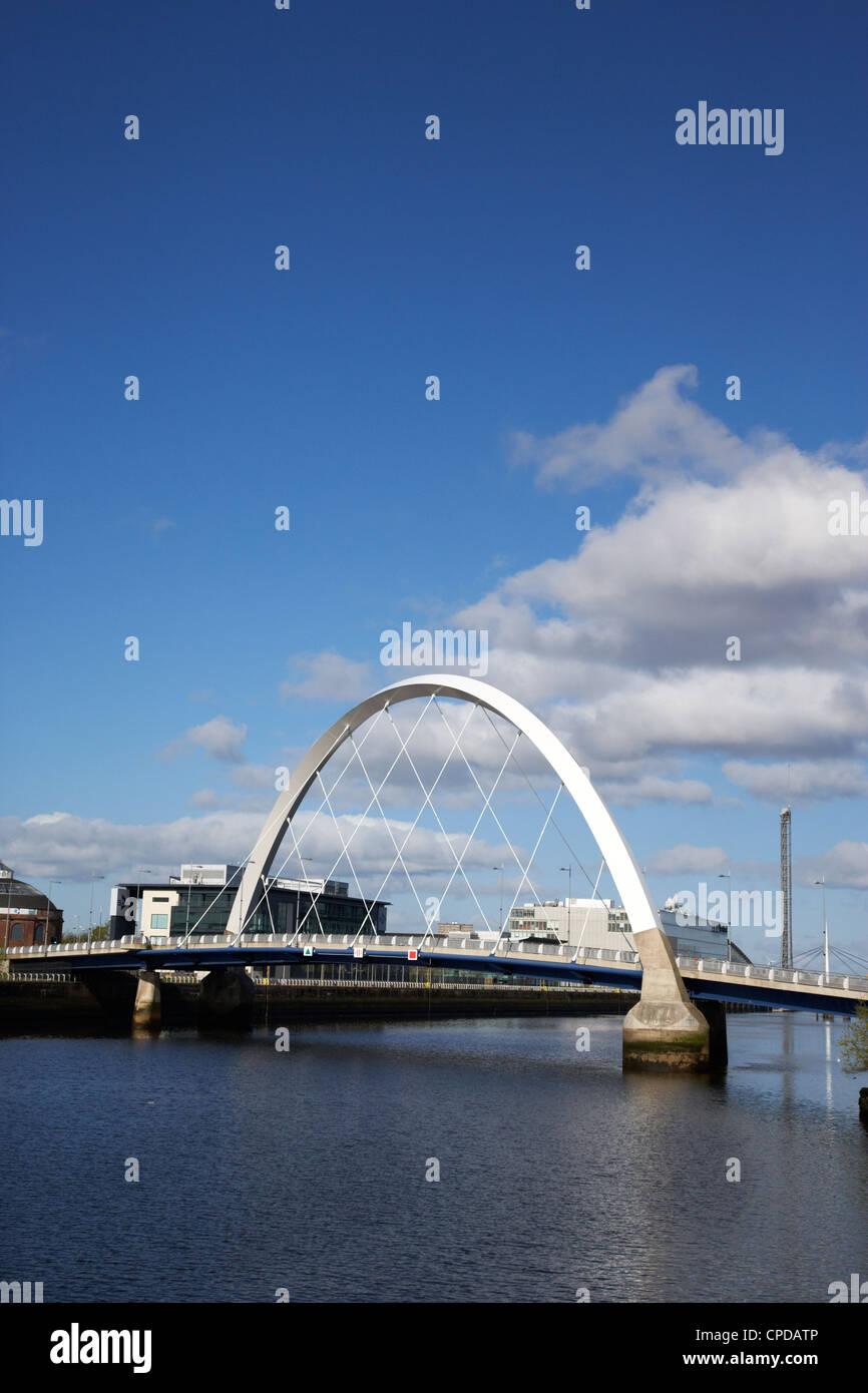 El Clyde Arc puente sobre el río Clyde en Glasgow Scotland Reino Unido Foto de stock