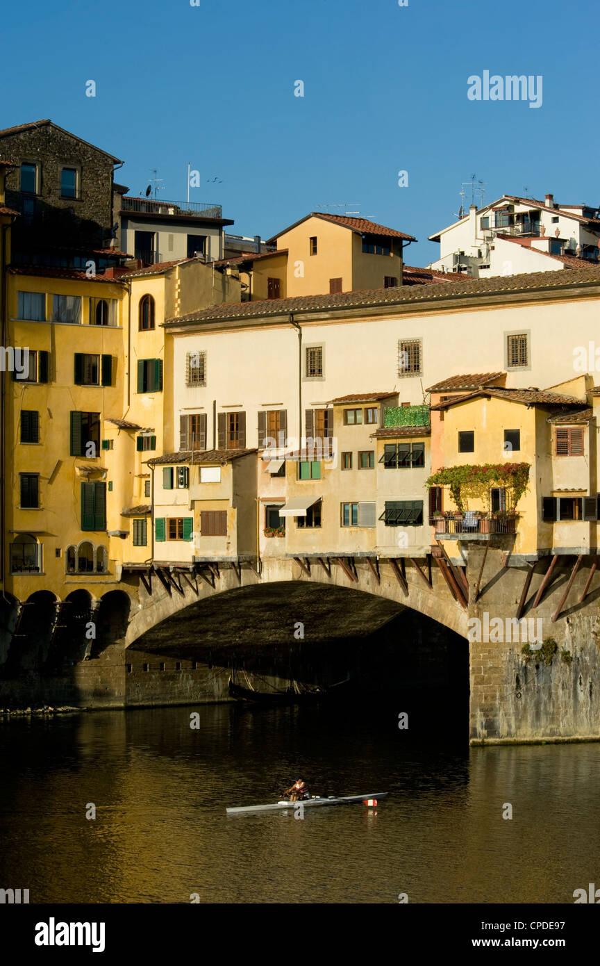 Un remero encabezada bajo el Ponte Vecchio, Florencia, Sitio del Patrimonio Mundial de la UNESCO, en la Toscana, Imagen De Stock