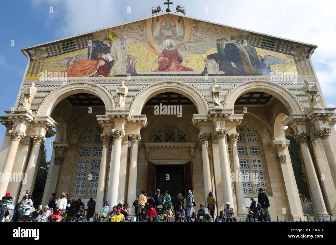 Peregrinos en frente de la Iglesia de todas las naciones, Getsemaní, Jerusalén, Israel, Oriente Medio Imagen De Stock