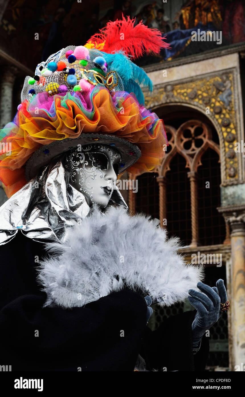 Figura enmascarada en traje tradicional en el carnaval de 2012, Venecia, Véneto, Italia, Europa Imagen De Stock
