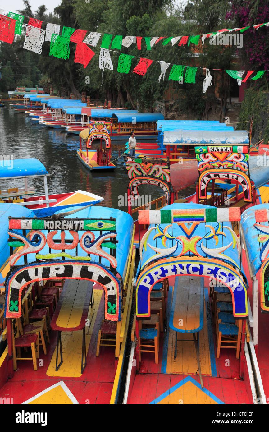 Botes pintados con colores brillantes, Xochimilco, Trajinera, Jardines Flotantes, canales, Ciudad de México, Imagen De Stock