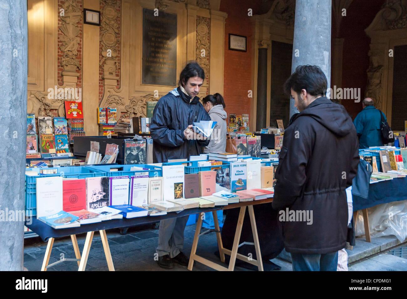 Libro calar en un mercado en Lille, Francia Imagen De Stock