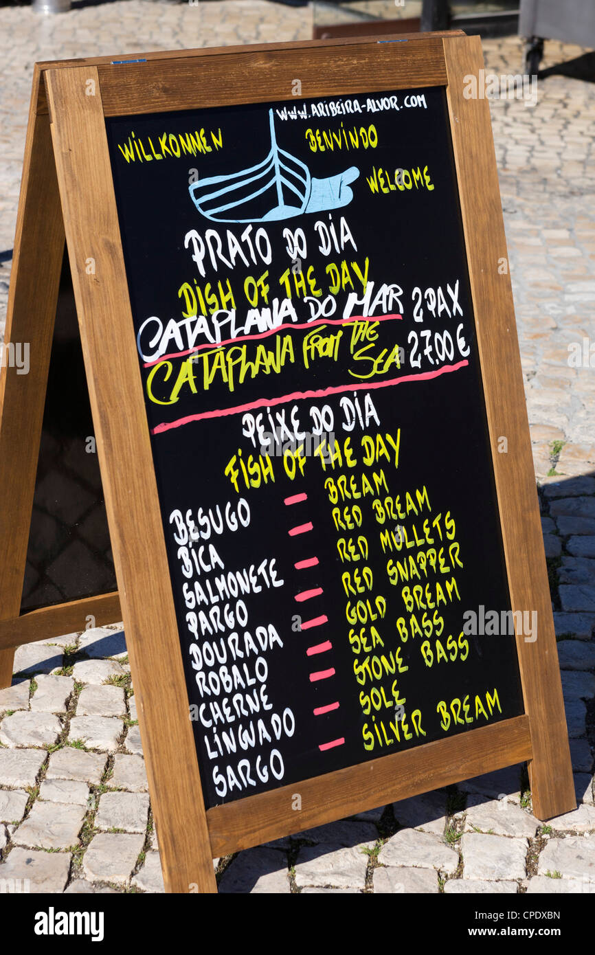 Junta de menú fuera de un restaurante, Alvor, cerca de Portimao, Algarve, Portugal Imagen De Stock