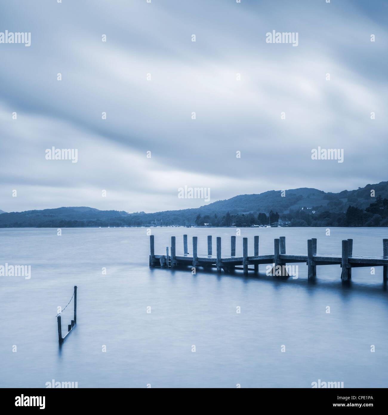 Una tranquila mañana en Coniston en el agua English Lake District, con embarcadero y vallado en el primer plano. Imagen De Stock