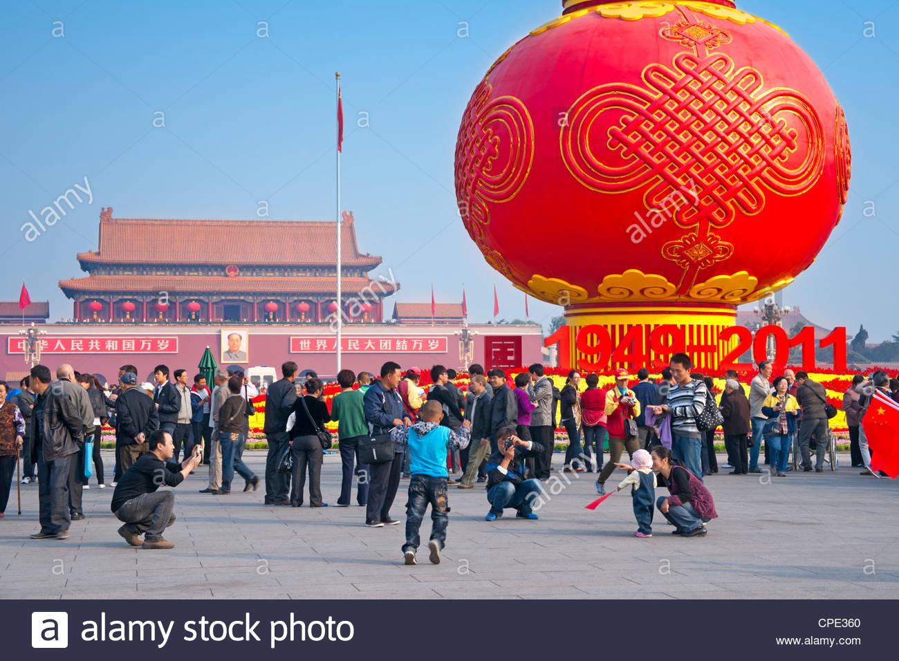 Los lugareños en la plaza de Tiananmen durante los días de fiesta nacional, Pekin, China, Asia Imagen De Stock
