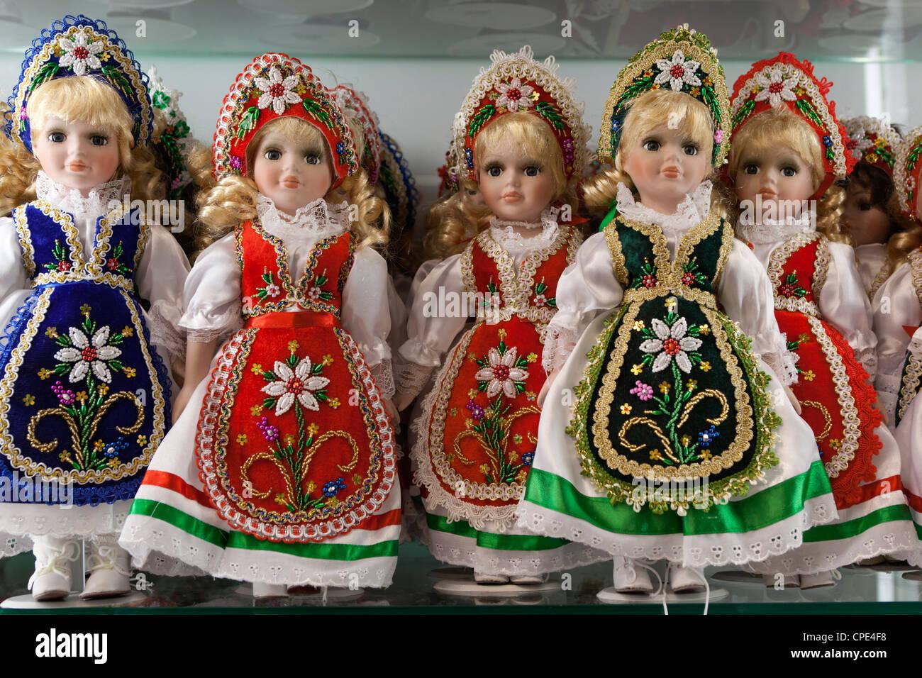 Recuerdo las muñecas en trajes tradicionales húngaras, Budapest, Hungría, Europa Imagen De Stock