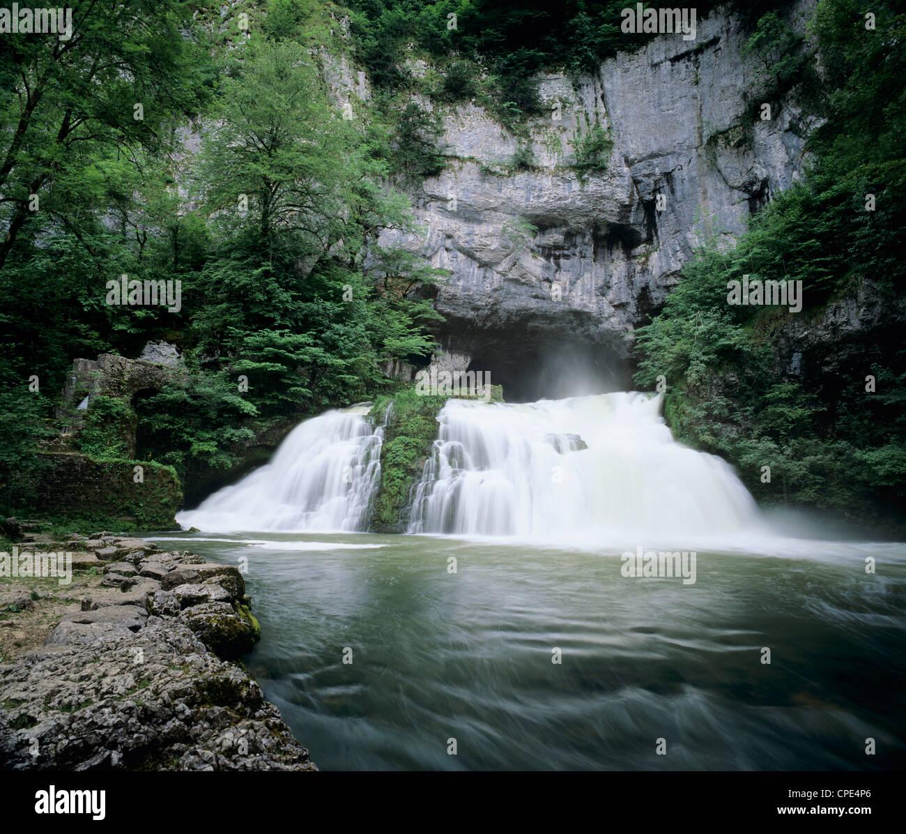 La Cascada del río Lison saliendo de metro, Source du Lison, Nans-sous-Santa Ana, Jura, Franche Comte, Francia, Imagen De Stock