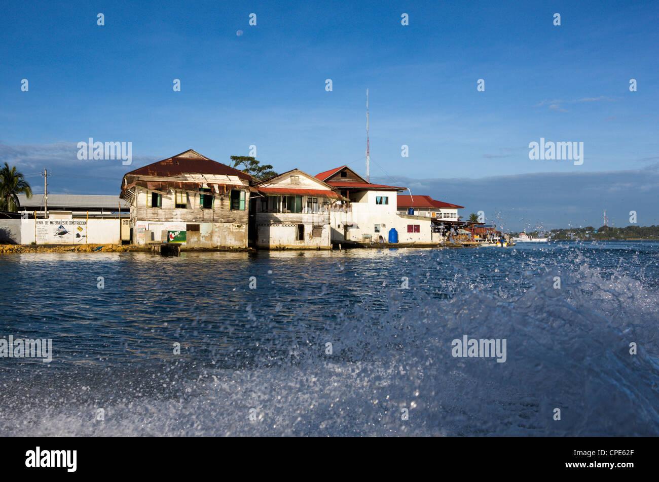 Viaje en barco pasado la Isla Colón en Bocas del Toro, Panamá, América Central Imagen De Stock