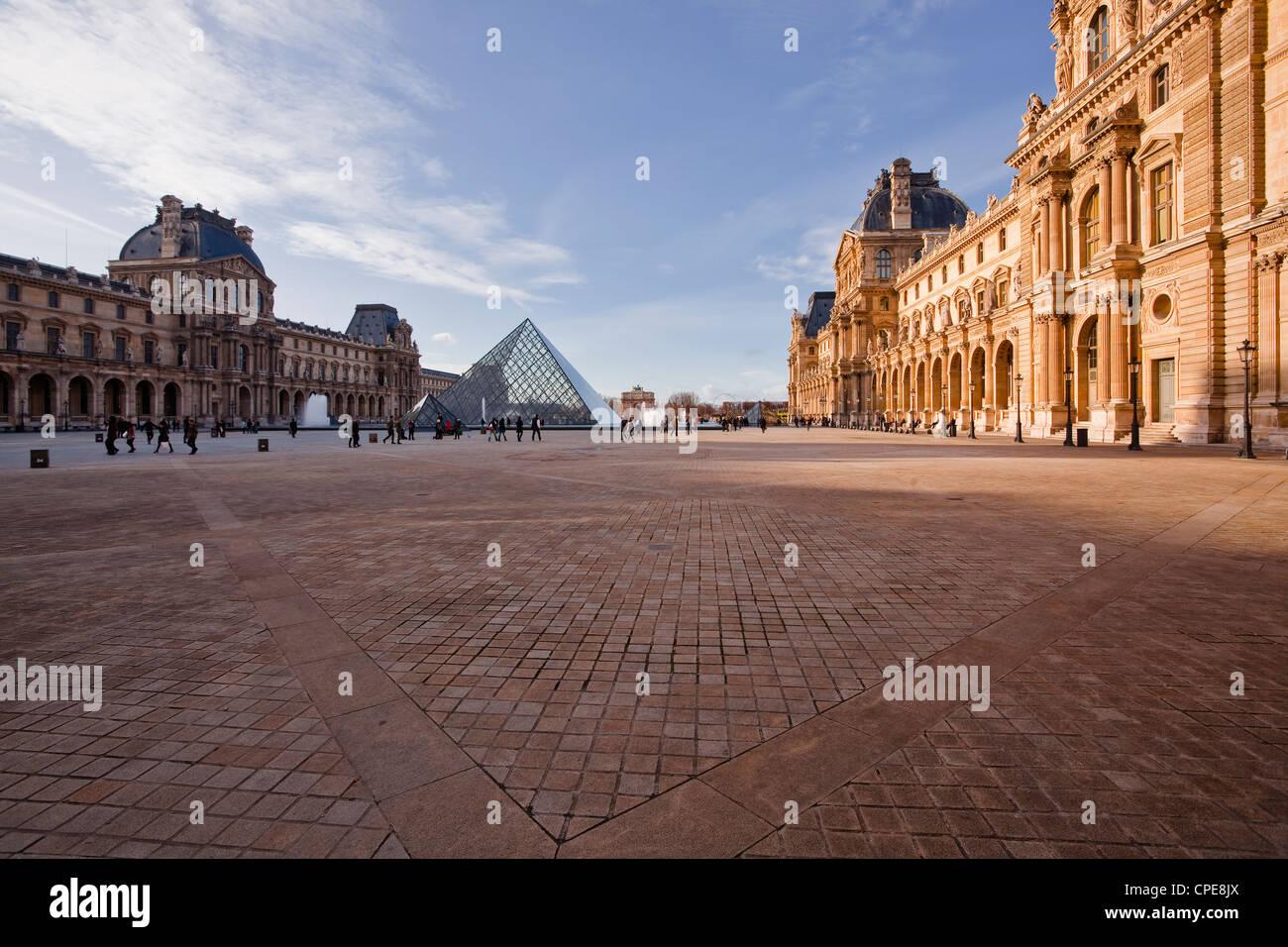 La pirámide en el Museo del Louvre, París, Francia, Europa Foto de stock