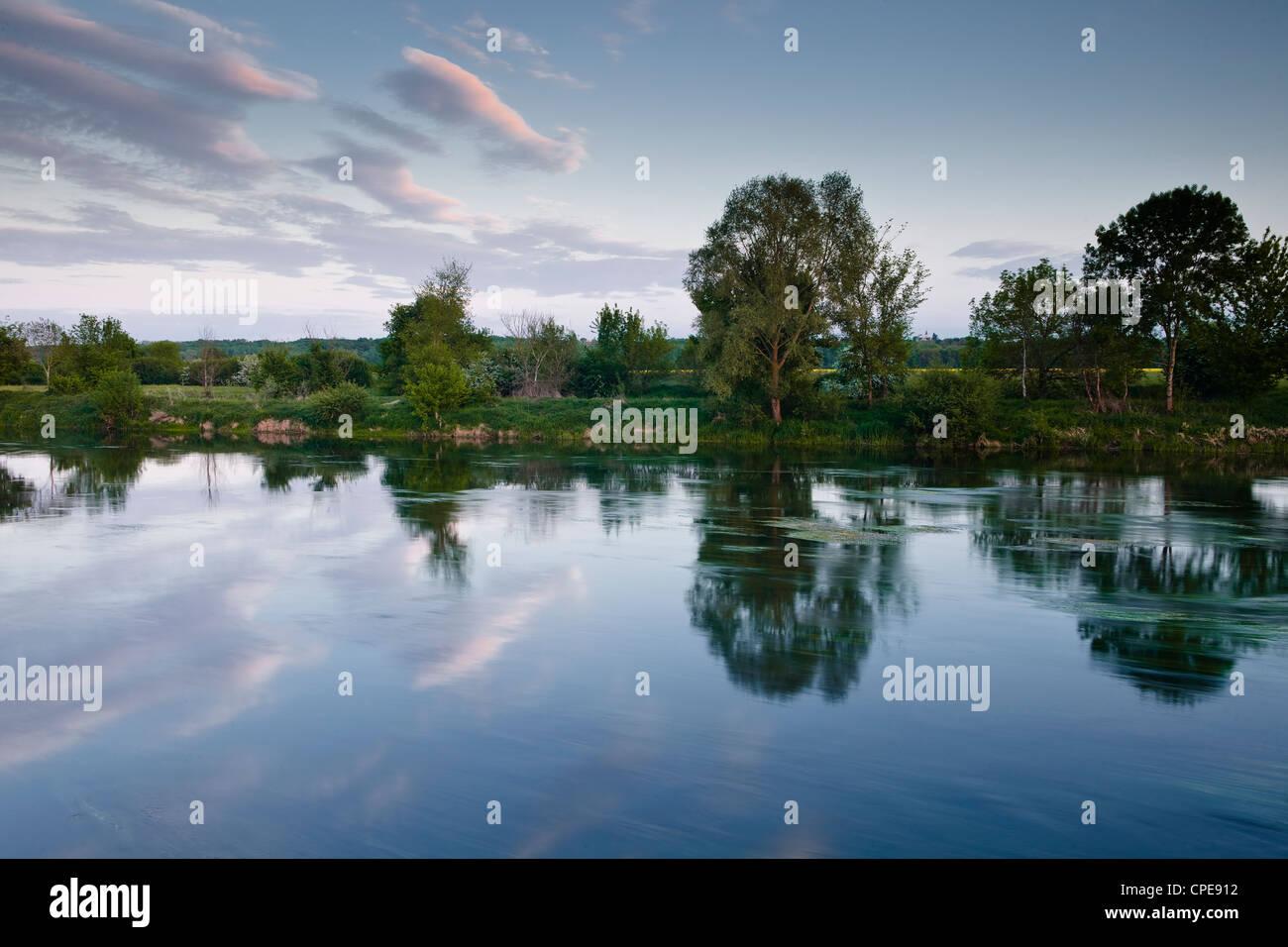 Casi un reflejo de espejo en el río Cher, cerca de Villefranche-sur-Cher, Centro de Francia, Europa Foto de stock