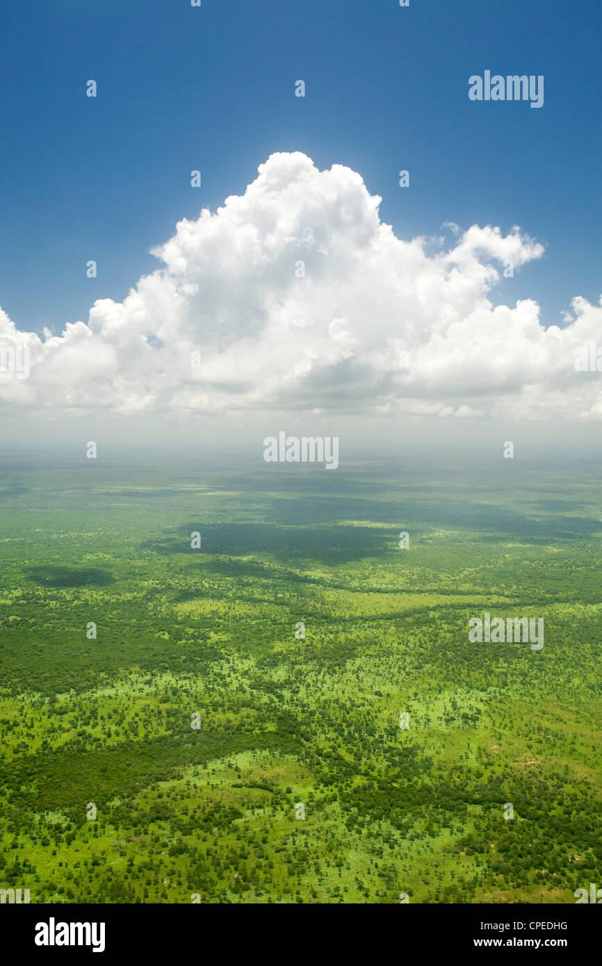 Vista aérea de nubes sobre las llanuras costeras del norte de Mozambique. Imagen De Stock