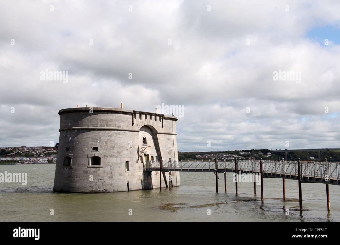 La torre Martello en Front Street en Pembroke Dock Foto de stock