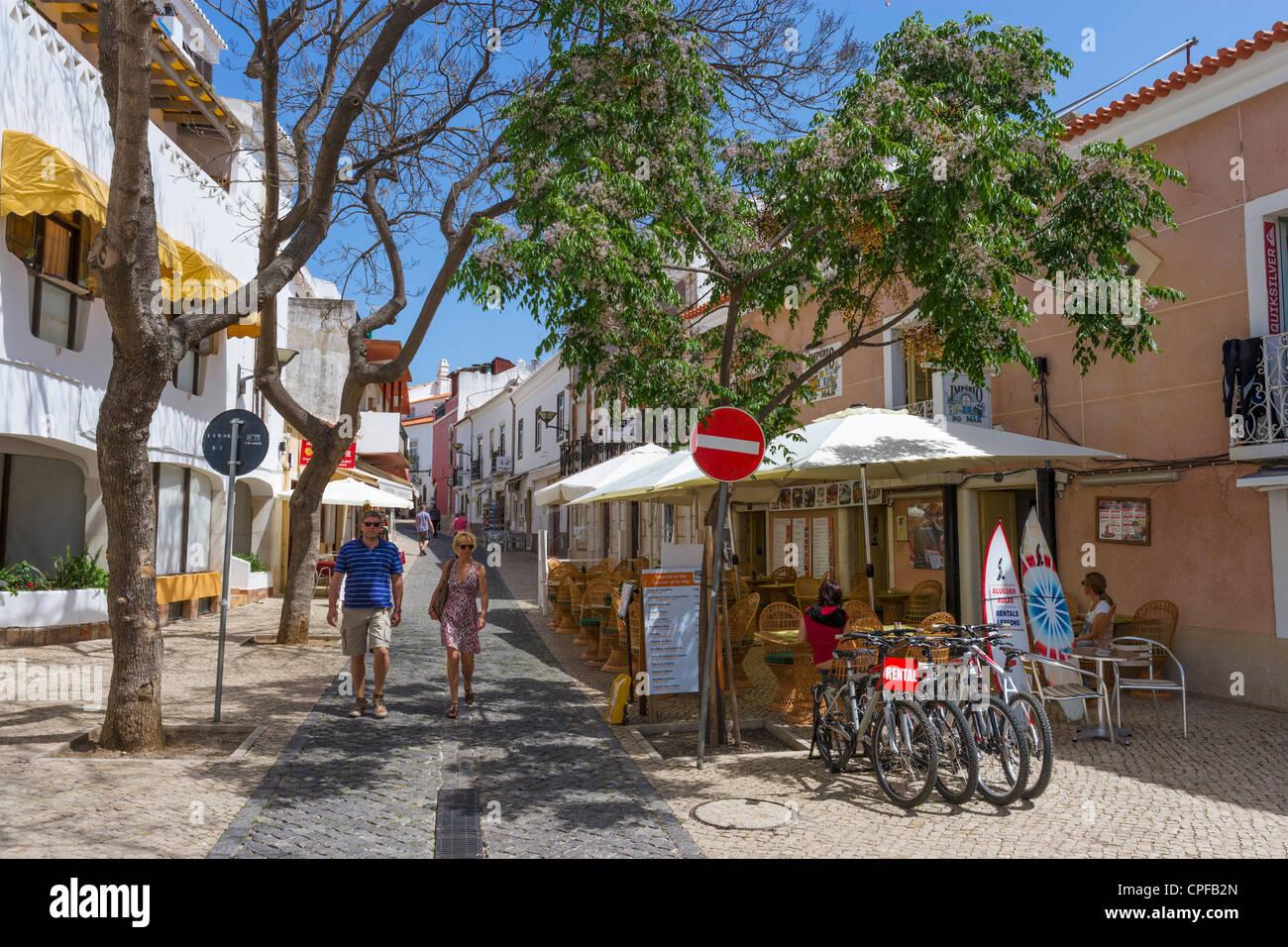 Café en la calle Rua Silva Lopes en el casco antiguo de la ciudad (Cidade Velha), Lagos, Algarve, Portugal Foto de stock