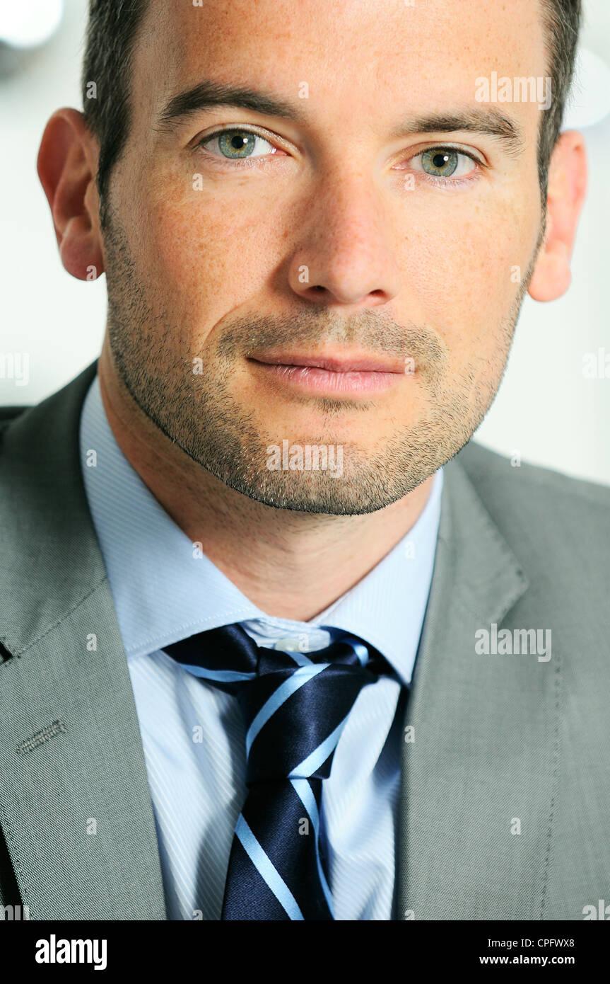 Un atractivo hombre de negocios en un entorno empresarial de luz Imagen De Stock