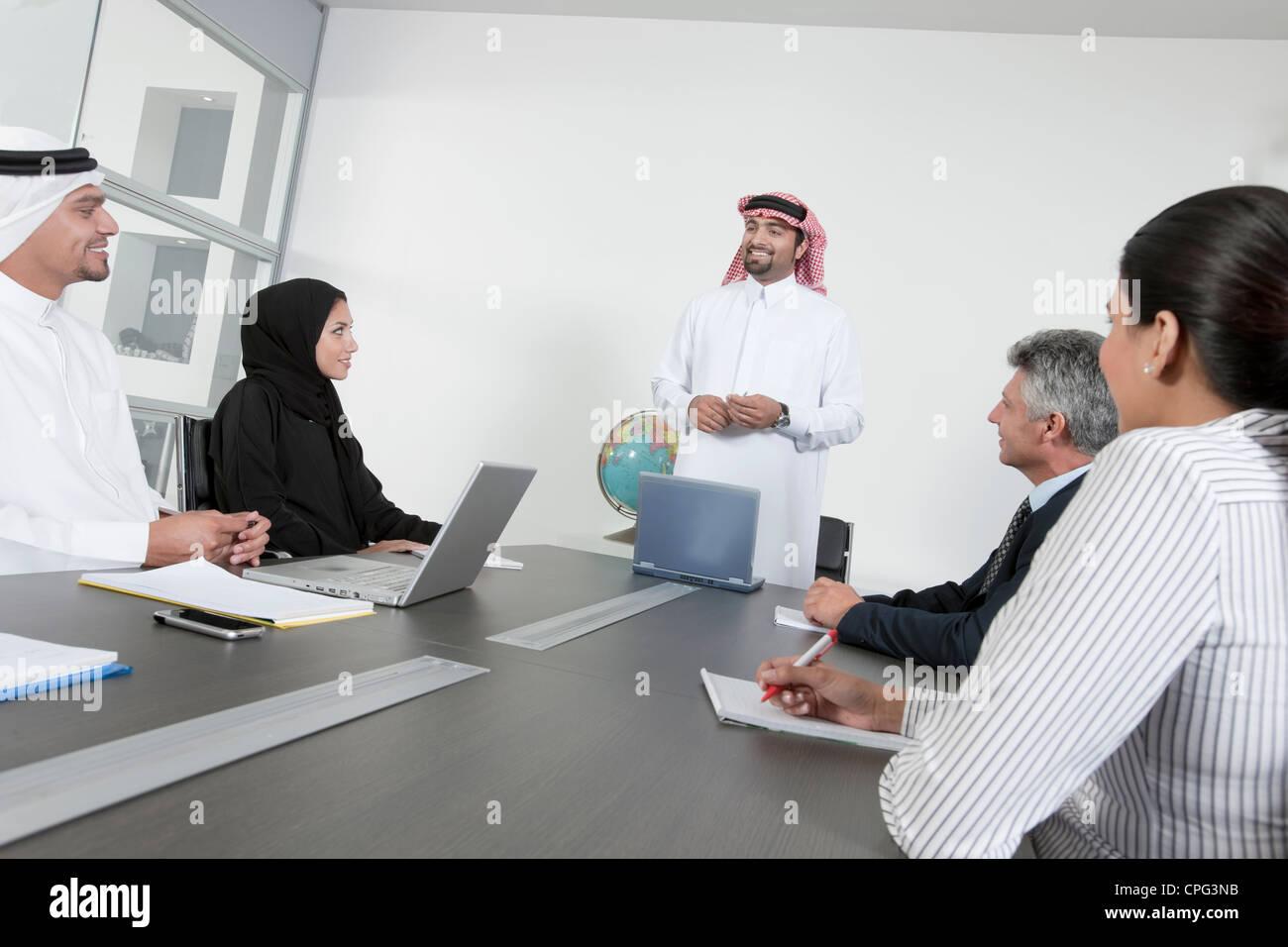Grupo de personas que tiene una reunión de negocios. Foto de stock