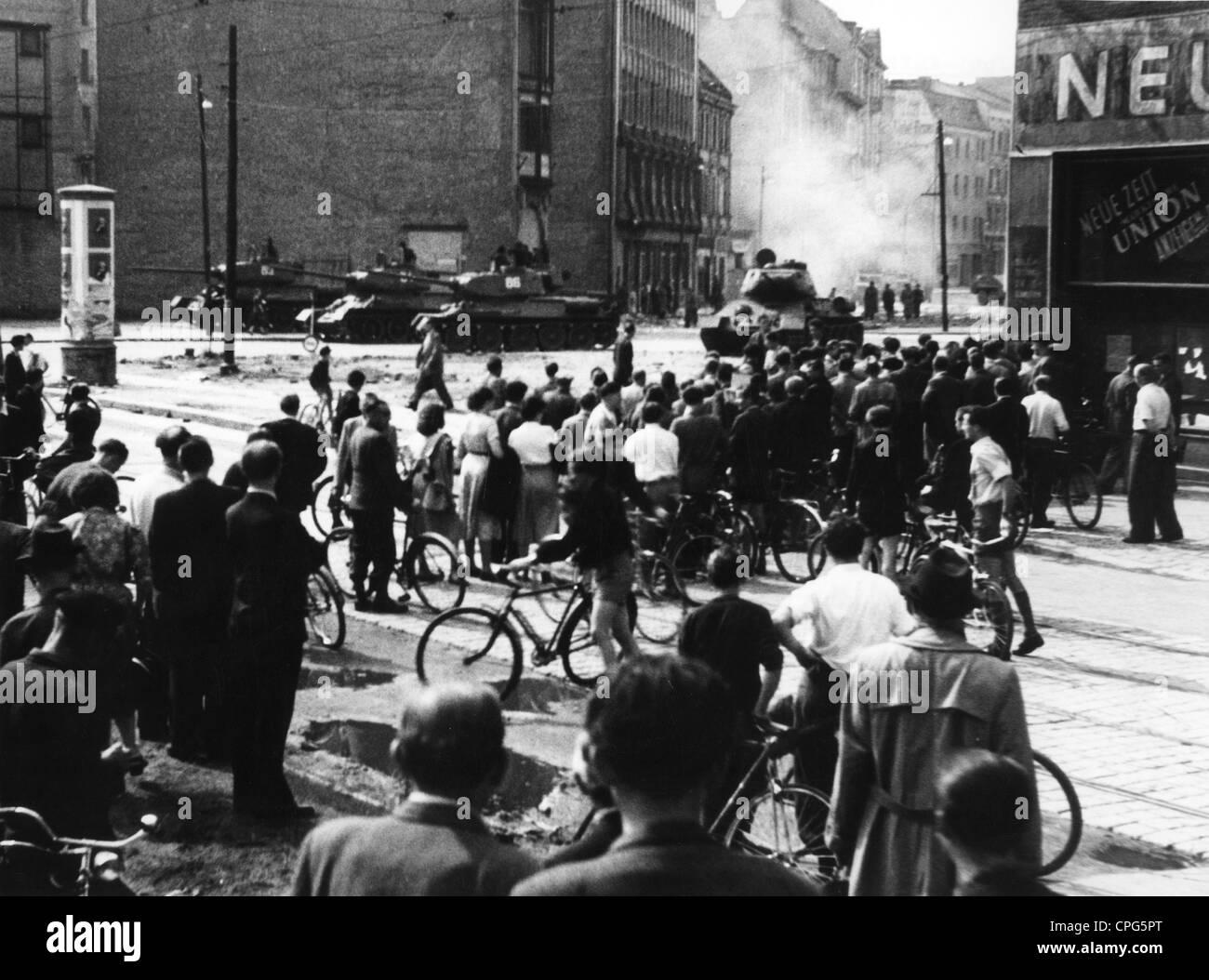 Geografía / viajes, Alemania, Berlín, revolución 17.6.1953, East-Germans viendo a los tanques soviéticos, Imagen De Stock