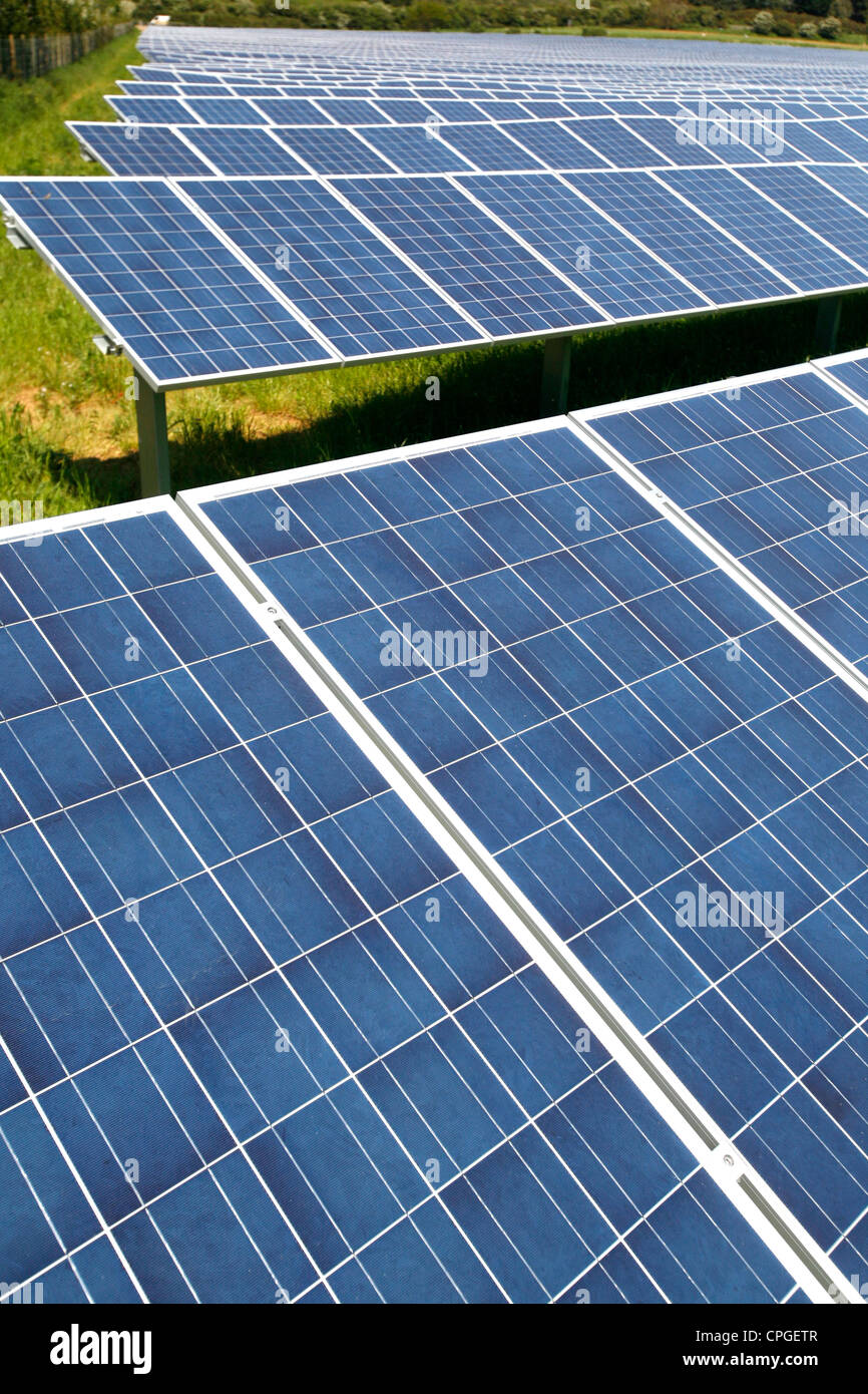 Energía verde granja solar paneles solares Blackwater Newport Isle of Wight Inglaterra Gran Bretaña. Imagen De Stock