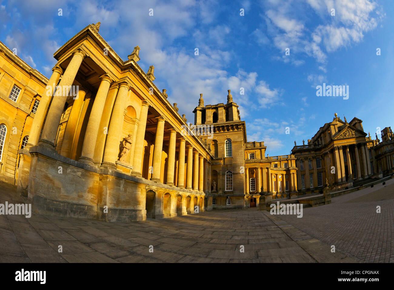 Gran Corte de Blenheim Palace, lugar de nacimiento de Sir Winston Churchill, Woodstock, Oxfordshire, Inglaterra, Imagen De Stock
