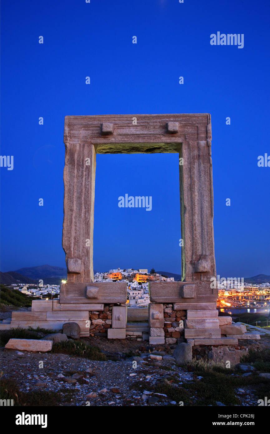 La Portara (Templo de Apolo) y la Chora ('capital') de la isla de Naxos en el fondo. Cyclades, Grecia Foto de stock
