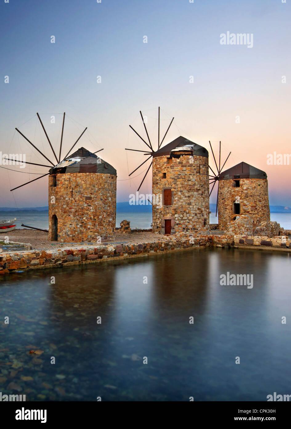 Bellos molinos justo al lado del mar en la ciudad de Chios, la isla de Chios, en el noreste del Mar Egeo, Grecia Imagen De Stock