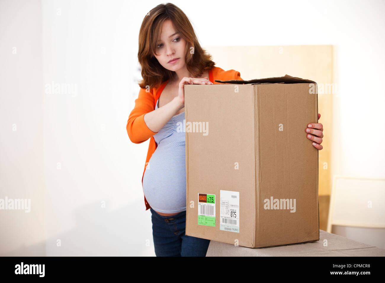 Mujer embarazada activo en interiores Imagen De Stock