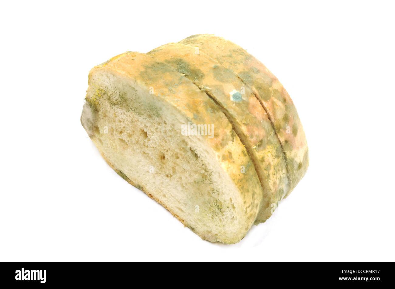 Rebanadas de pan moldeado aislado en blanco Foto de stock