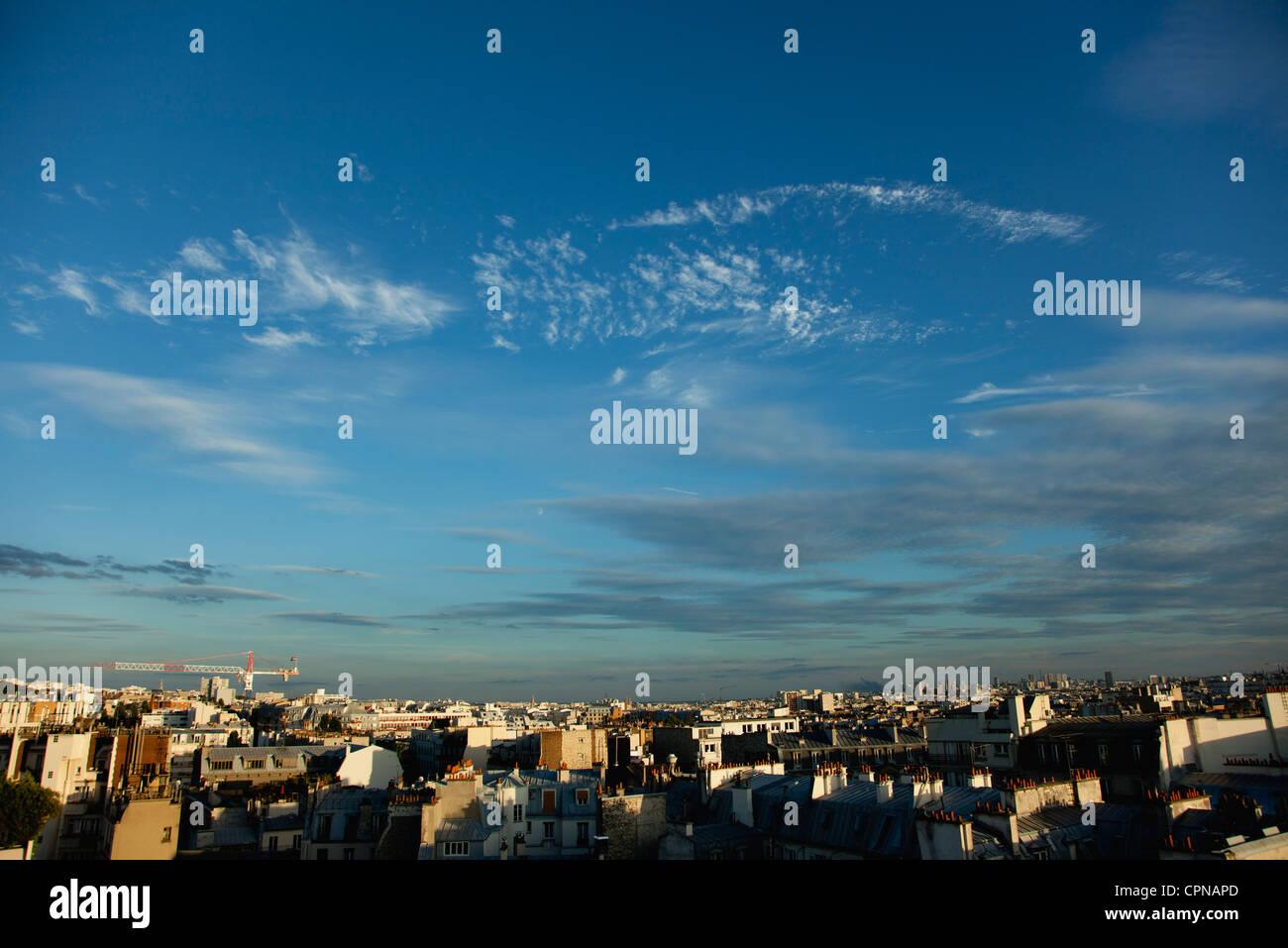 Cielo azul sobre los tejados, París, Francia Imagen De Stock