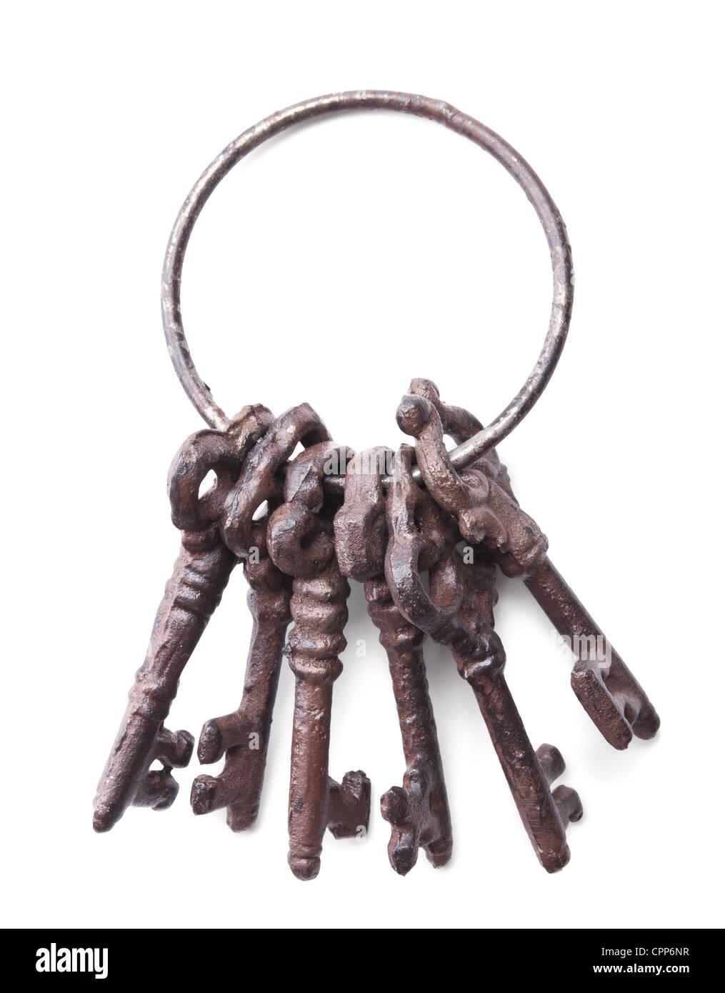 Manojo de llaves antiguas aislado sobre fondo blanco. Foto de stock