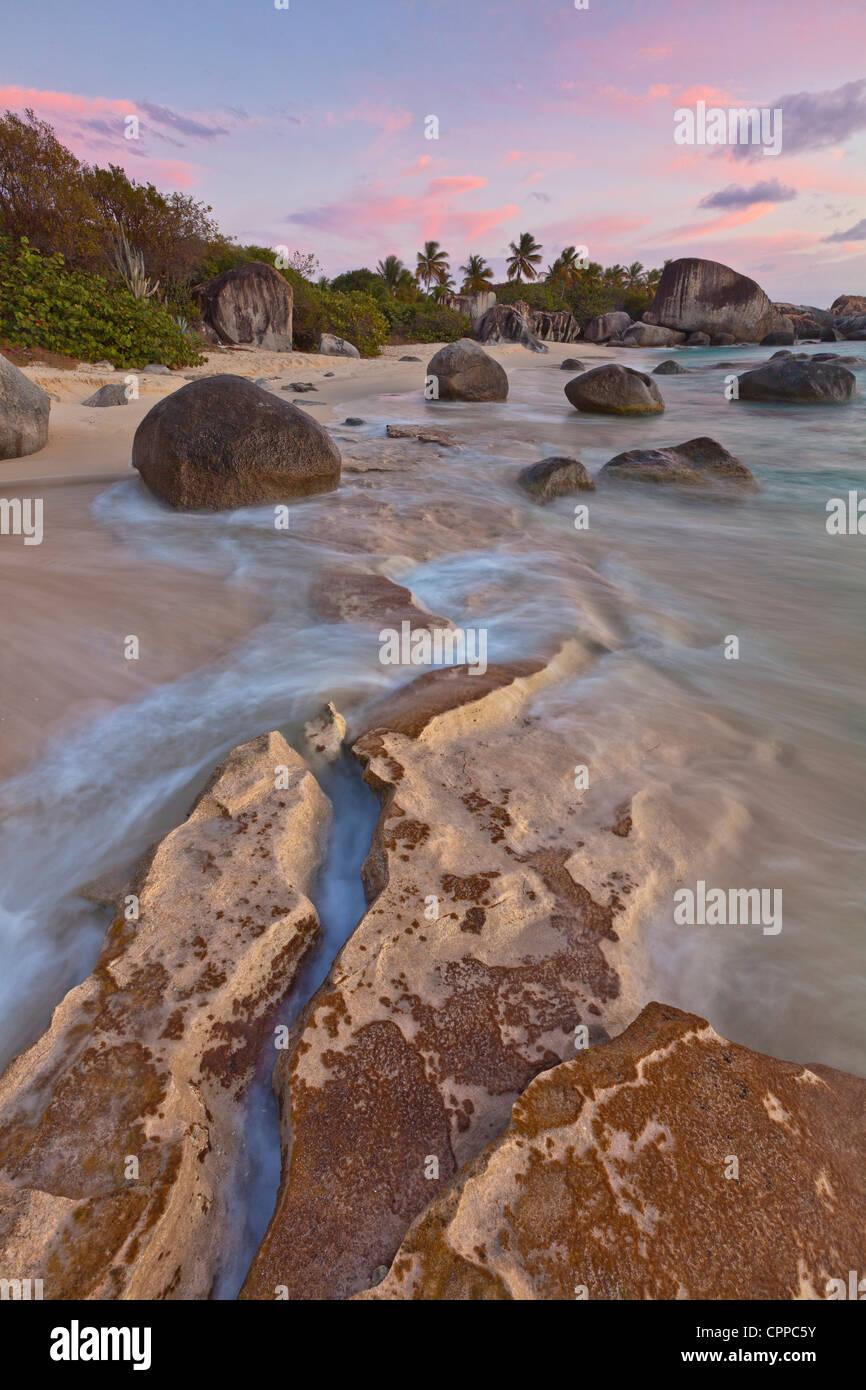 Virgen Gorda, Islas Vírgenes Británicas, el Caribe luz del atardecer sobre el surf rock y patrones en Imagen De Stock