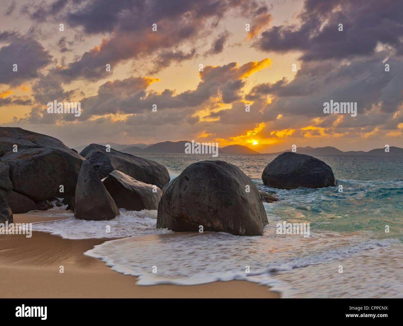 Virgen Gorda, Islas Vírgenes Británicas, el Caribe Boulders inundada en el surf de la pequeña Bahía Imagen De Stock