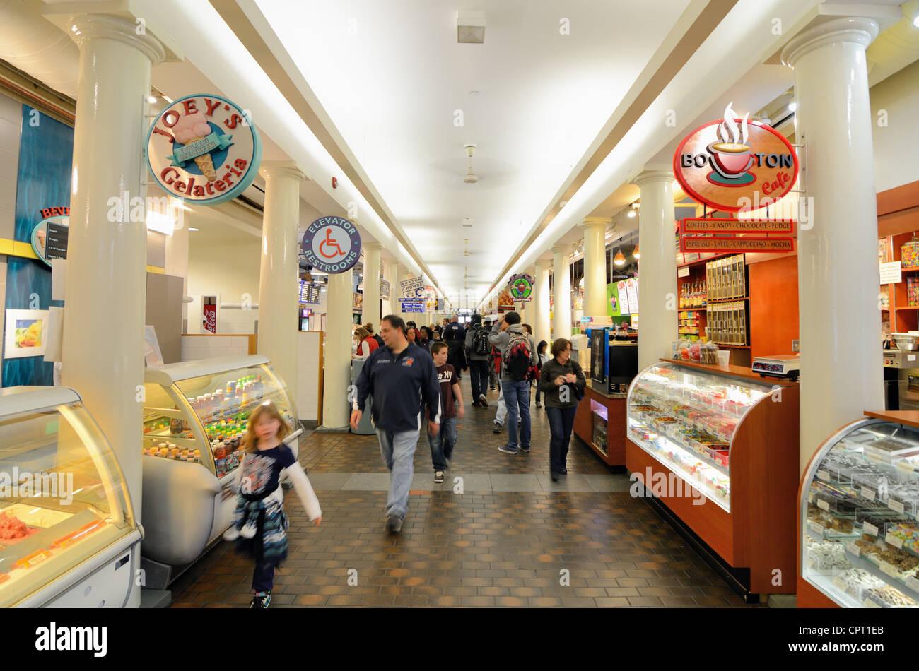 Quincy Market interior tiendas en Boston, Massachusetts, EE.UU. Imagen De Stock