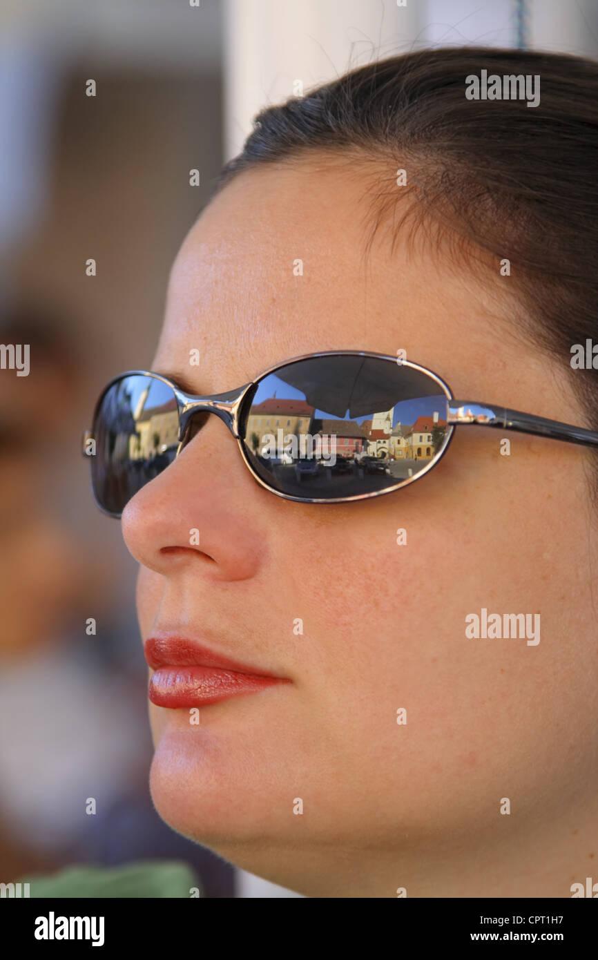 d17c2712c8 Gafas Sol De Ciudad Empresaria Con Vieja Una En Retrato eIEYW29DH