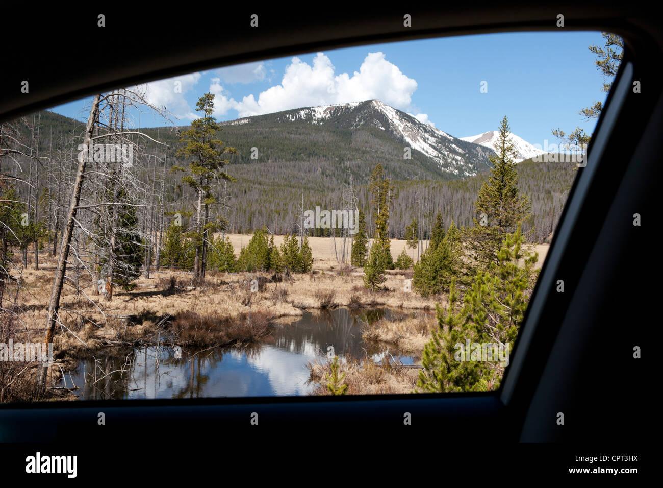 Vista del Parque Nacional de las Montañas Rocosas del paisaje desde car window - Grand Lake, en Colorado, EE.UU. Imagen De Stock
