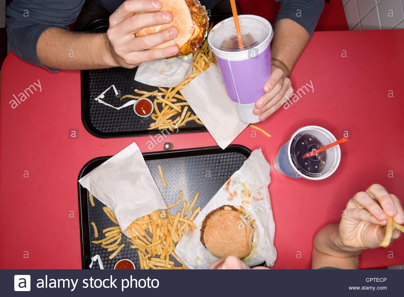 Vista aérea de la pareja comer comida rápida Imagen De Stock