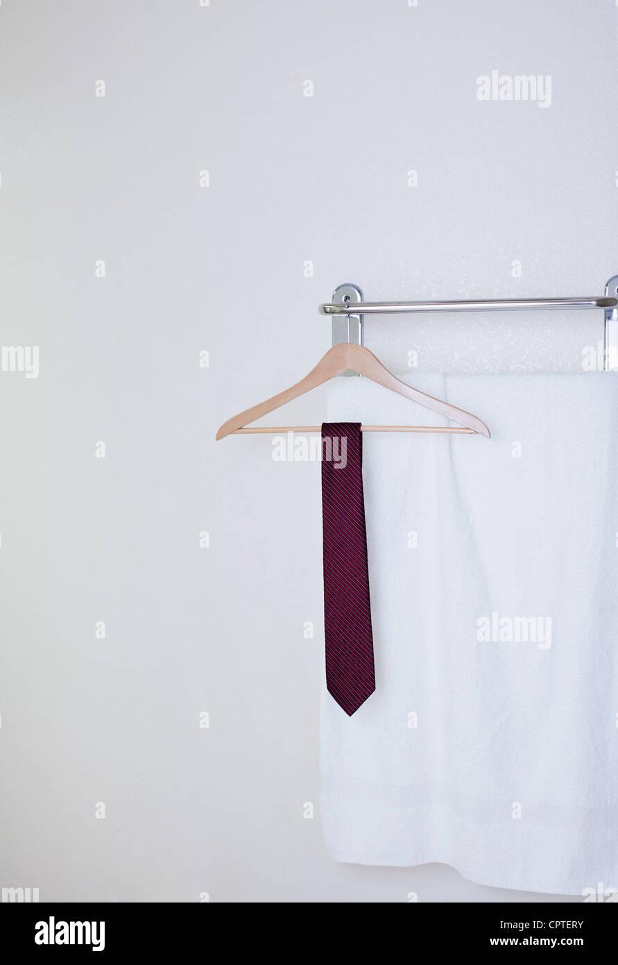 Empate en la percha en el baño de hotel Foto de stock