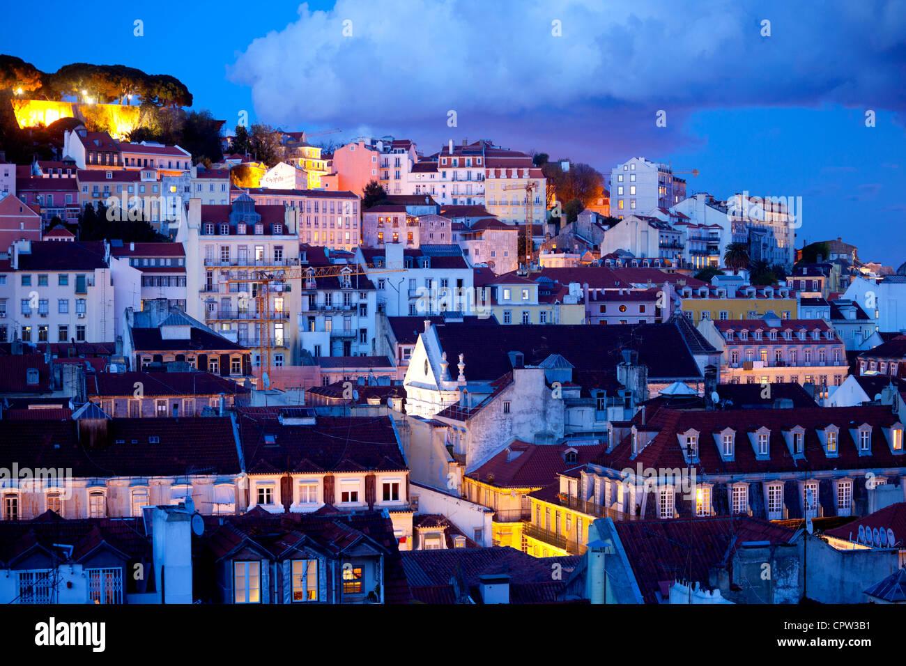El Castillo de San Jorge y un panorama de Lisboa, Portugal. Imagen De Stock