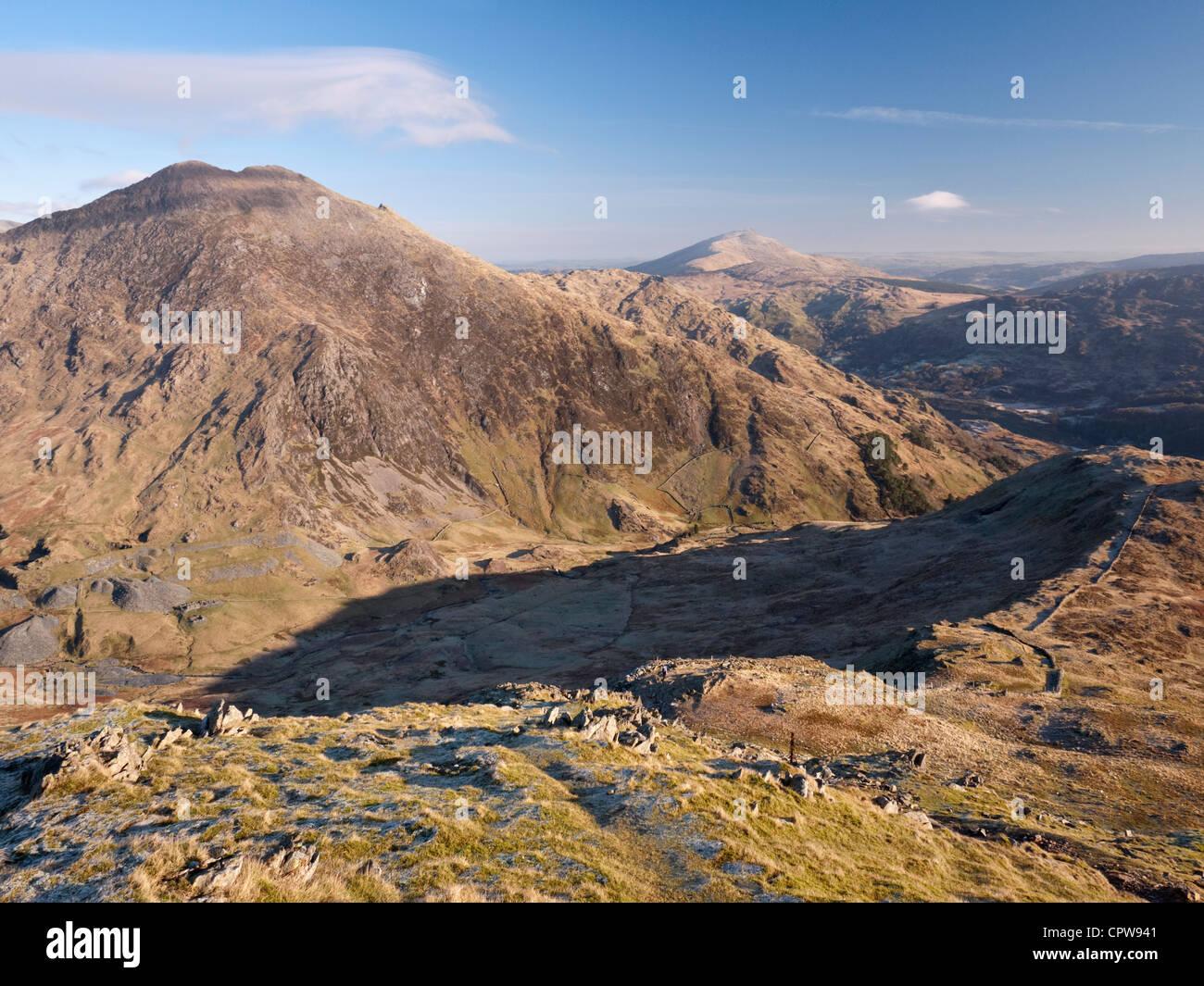 Y Lliwedd Moel Siabod y distantes vistos a través de Cwm Llan de Yr Aran, en las laderas meridionales del Snowdon Foto de stock