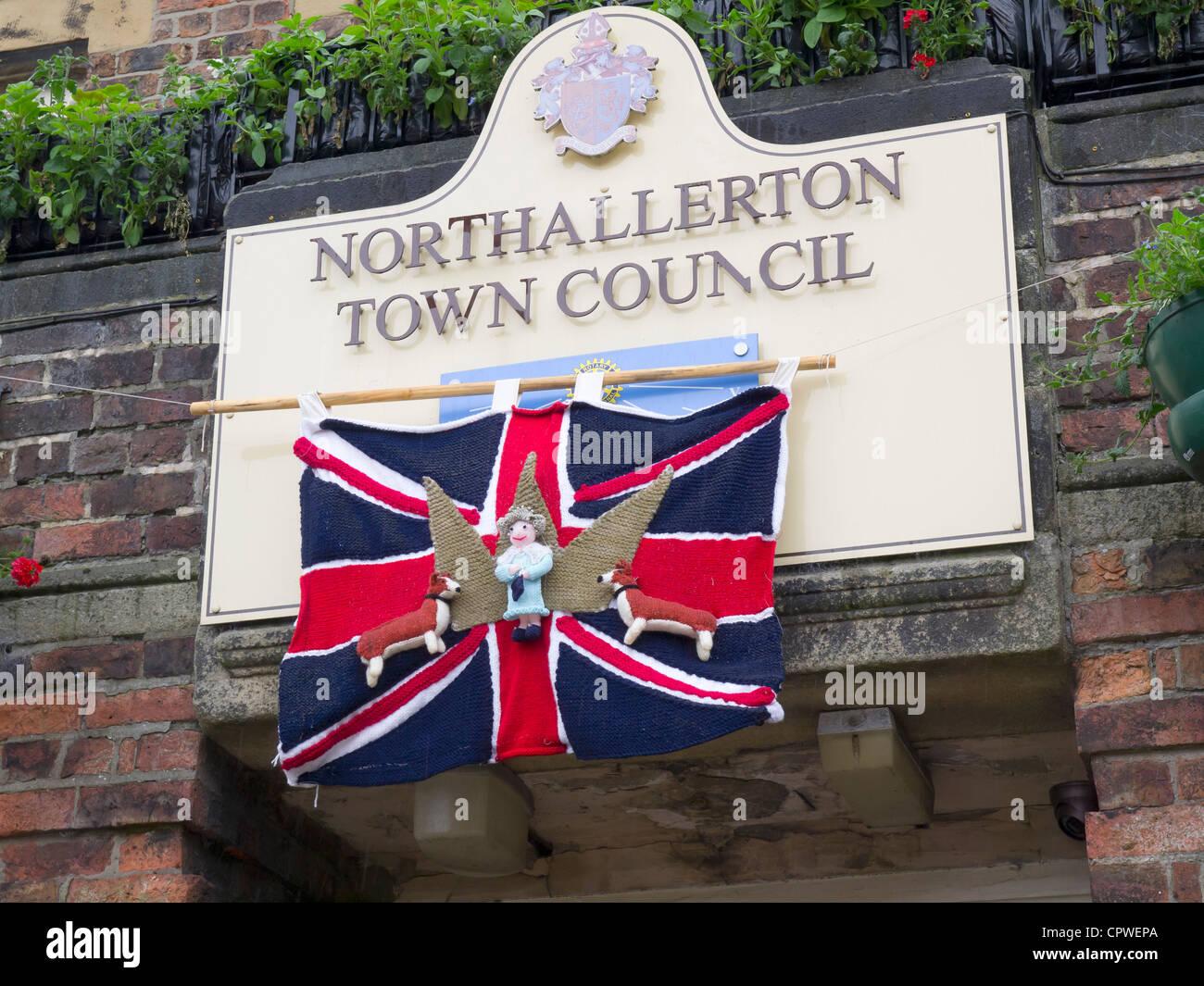 Bombardeo de hilados decorar lugares públicos con objetos tejidos corgis de la reina y una bandera de unión en las oficinas del Consejo de Northallerton Foto de stock