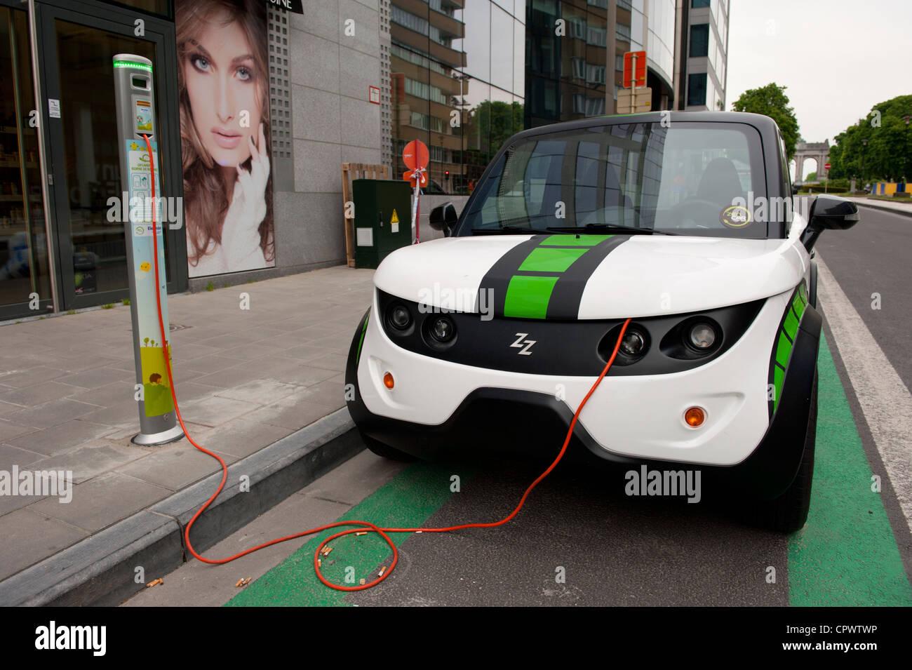 Coche eléctrico siendo re-cargada, Bruselas, Bélgica Imagen De Stock