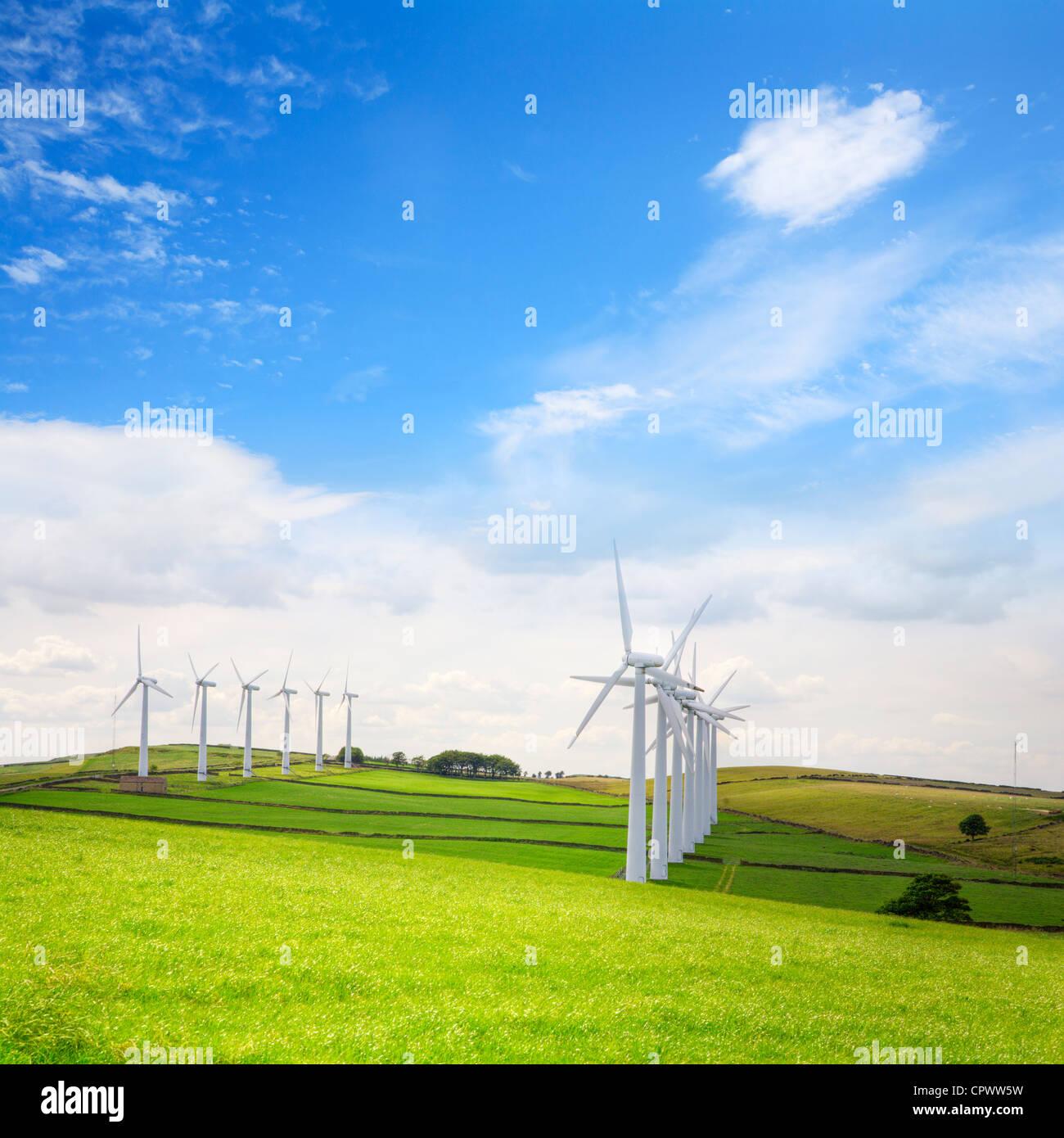 Doble hilera de aerogeneradores en el parque eólico Páramo Royd, Penistone, Yorkshire. Imagen De Stock