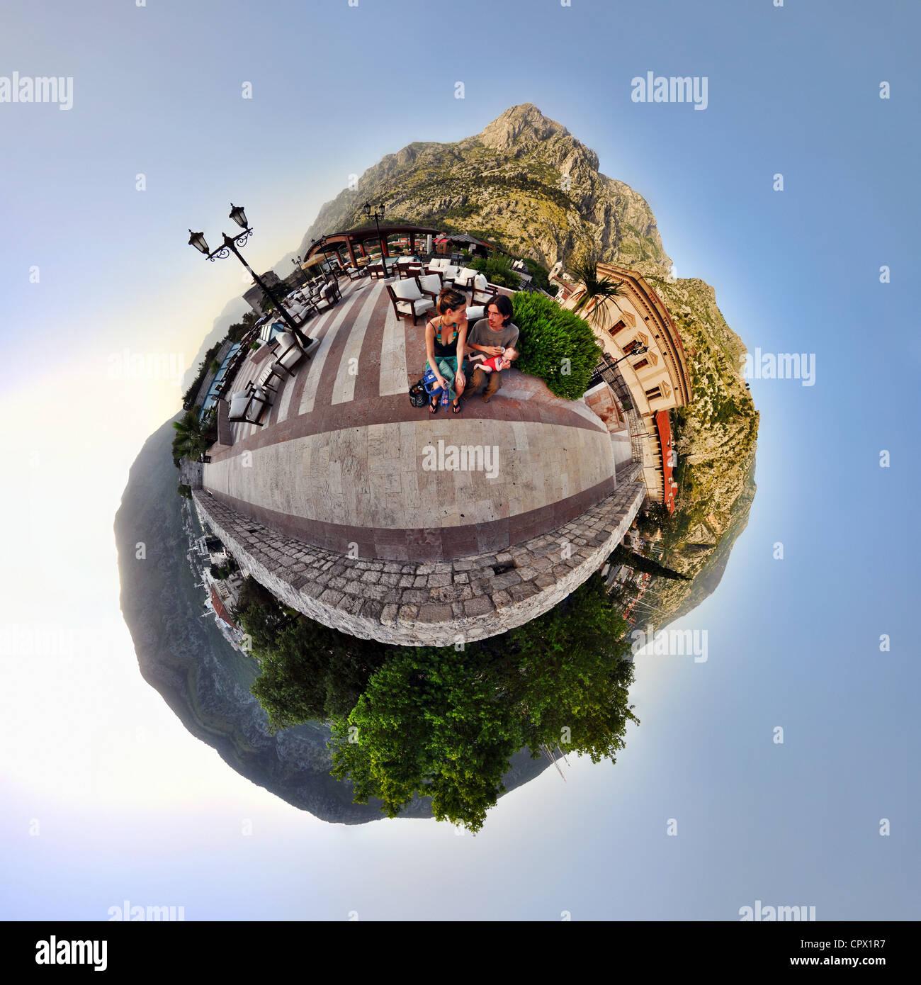Familia de vacaciones en Kotor, Montenegro, pequeño planeta efecto Imagen De Stock