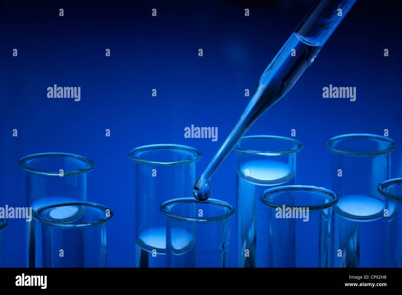 El material de vidrio de laboratorio. Imagen De Stock