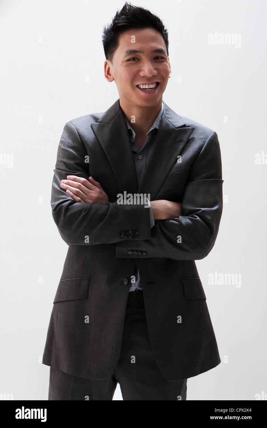 Joven empresario asiático sonriendo, Foto de estudio Imagen De Stock