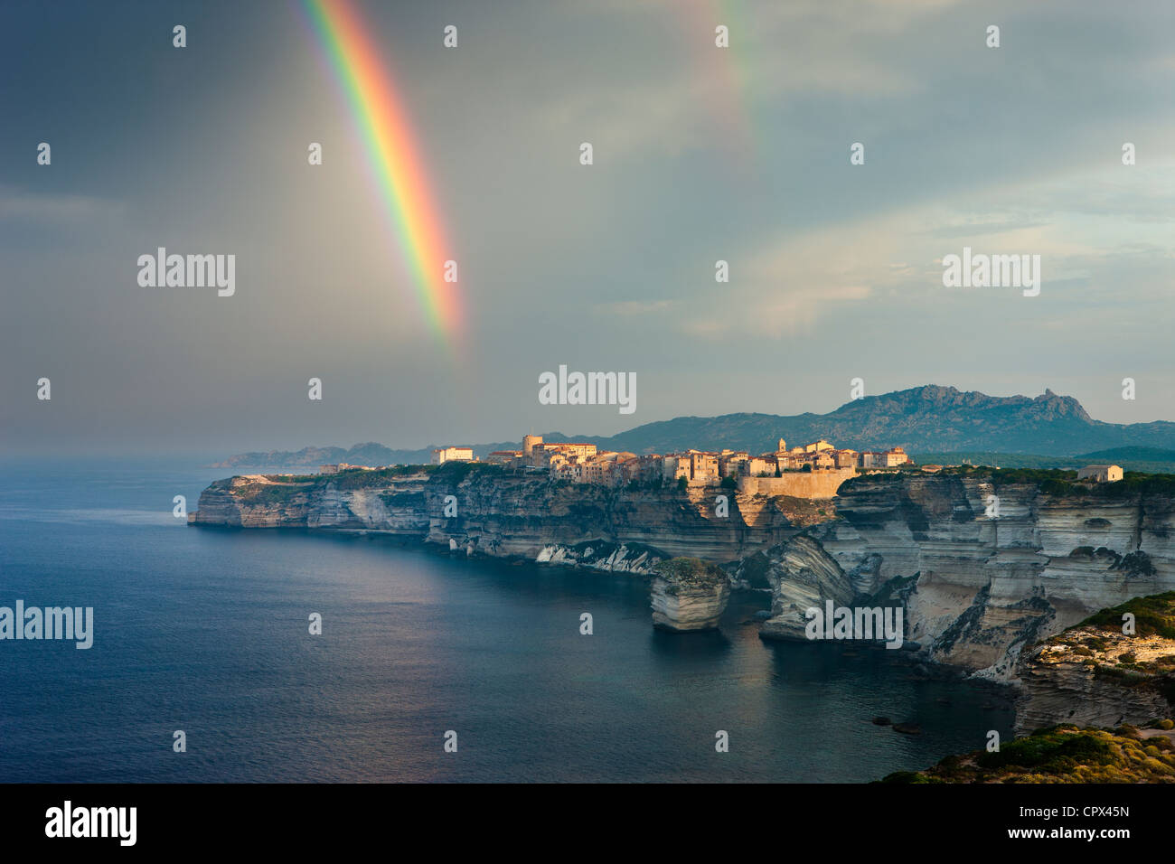 Un arco iris sobre Bonifacio, Córcega, Francia Imagen De Stock