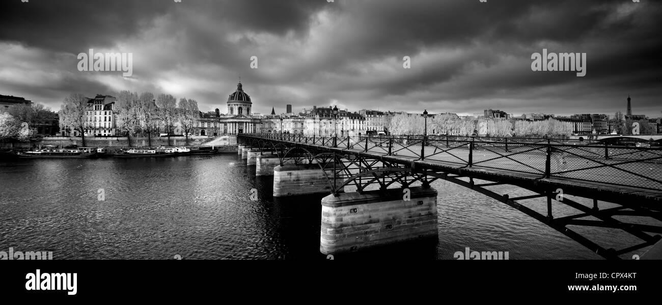 El Pont des Arts, con el Institut de France y la orilla izquierda del Sena, París, Francia Foto de stock