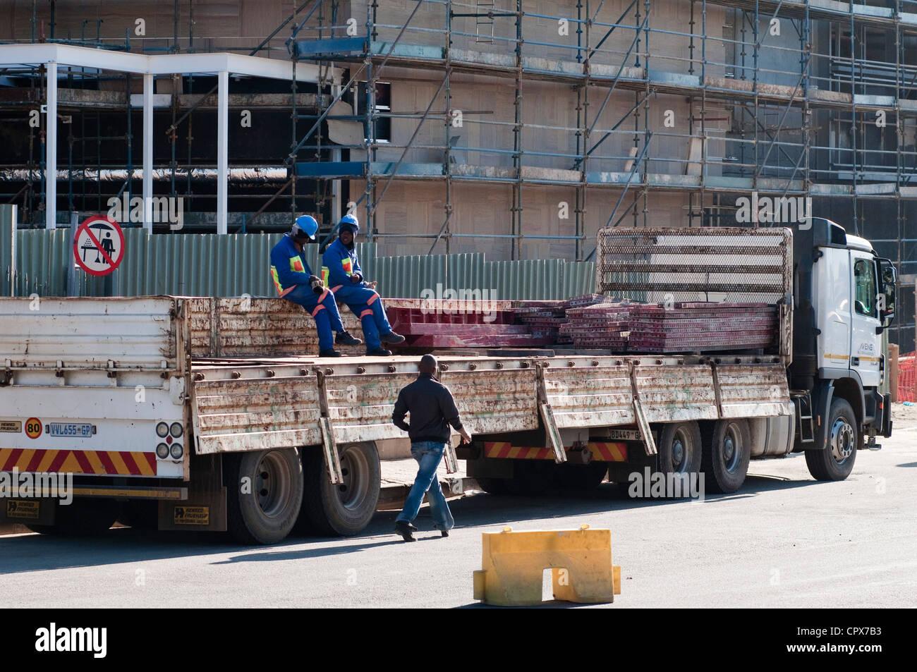 Los trabajadores de la construcción sentado en un vehículo de construcción, Sandton Imagen De Stock