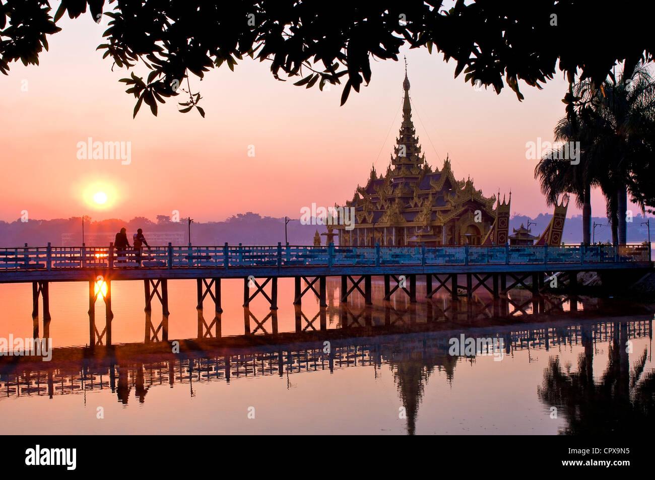 Myanmar (Birmania), la división de Mandalay, Mandalay, lago Kan daw Gwi, restaurante pagoda Pyi Gimom Foto de stock