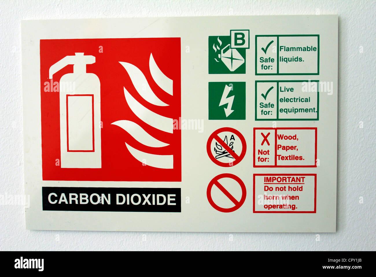 Una etiqueta de un extintor de incendios de dióxido de carbono Imagen De Stock
