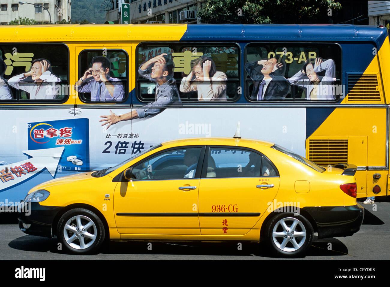 Taipei, Taiwán, taxi y autobús inusual en el centro de la ciudad Imagen De Stock